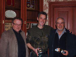 JHSF:s ordförande Sven-Olof Andersson tillsammans med Anders Nylén och John Karlsson vilka båda kommer att tilldelas Riltonmedaljen i brons för sina insatser för ungdomsschacket. Foto från JHSF:s årsmöte 22/5-15.